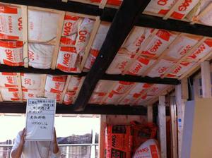 1階天井の断熱施工の様子